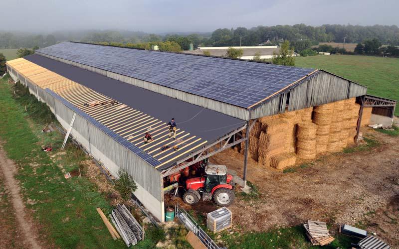 Bâtiment agricole avec des panneaux solaires photovoltaïques : installation, prix et rentabilité